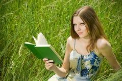 浪漫书的女孩 库存图片