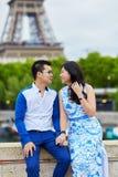 年轻浪漫亚洲夫妇在巴黎,法国 免版税库存图片