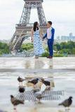 年轻浪漫亚洲夫妇在巴黎,法国 免版税图库摄影
