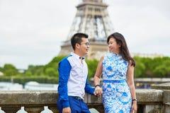 年轻浪漫亚洲夫妇在巴黎,法国 图库摄影