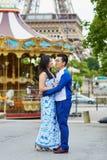 年轻浪漫亚洲夫妇在巴黎,法国 库存图片