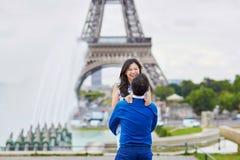 年轻浪漫亚洲夫妇在巴黎,法国 免版税库存照片