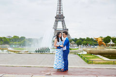 年轻浪漫亚洲夫妇在巴黎,法国 库存照片