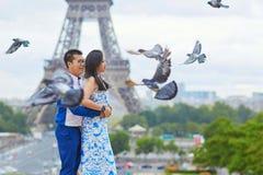 年轻浪漫亚洲夫妇在巴黎 库存图片