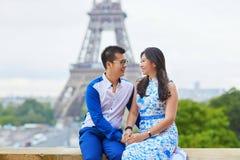 年轻浪漫亚洲夫妇在巴黎 免版税库存图片