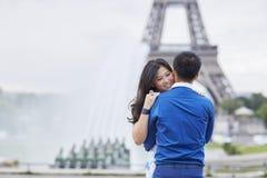年轻浪漫亚洲夫妇在巴黎 免版税库存照片
