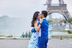 年轻浪漫亚洲夫妇在巴黎 图库摄影