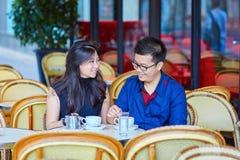 年轻浪漫亚洲夫妇在巴黎 库存照片