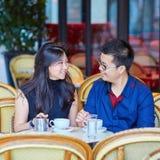 年轻浪漫亚洲夫妇饮用的咖啡 免版税库存照片