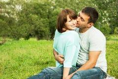 浪漫亲吻的夫妇 免版税库存照片