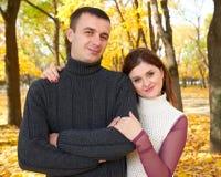 浪漫人、愉快的成人夫妇与黄色叶子的容忍在秋天城市公园,树,明亮的太阳和愉快的情感, tenderne 库存图片