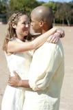 浪漫人种间夫妇 免版税库存图片
