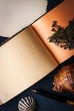 浪漫作家在黑暗的石桌垂直设置了 库存图片