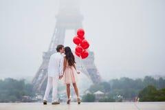 浪漫加上一起红色气球在巴黎 图库摄影