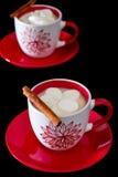 浪漫午餐两红色和白色杯子用热巧克力和蛋白软糖在p 免版税库存照片