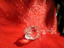 浪漫华伦泰玻璃在绝对红色背景上升了 免版税库存图片