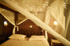 浪漫卧室设置 免版税库存图片