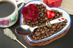 浪漫咖啡 花束金刚石订婚结婚提议环形玫瑰 图库摄影