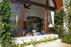 浪漫地中海欧洲风格的咖啡馆 免版税库存照片