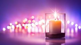 浪漫夜有烛光和bokeh背景 新年或 免版税库存图片