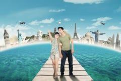 浪漫夫妇享受旅行 免版税库存图片