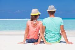 浪漫夫妇后面看法在明亮的衣裳的 免版税库存照片
