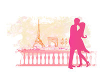 浪漫夫妇在亲吻在埃佛尔铁塔附近的巴黎。 库存照片