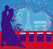浪漫夫妇在亲吻在艾菲尔铁塔附近的巴黎 免版税库存照片