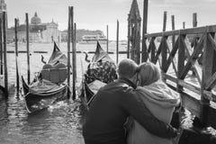 浪漫夫妇在威尼斯 免版税库存照片