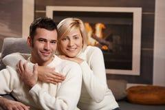 浪漫夫妇在家 免版税库存照片