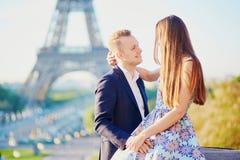 浪漫夫妇在巴黎临近埃佛尔铁塔 库存图片