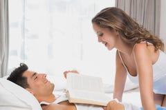 浪漫夫妇在床上在家 免版税库存照片