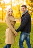浪漫夫妇在秋天公园 免版税库存照片