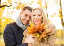 浪漫夫妇在秋天公园 免版税库存图片