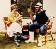 浪漫夫妇在篮子椅子爱Co上花费他们的时间 免版税图库摄影
