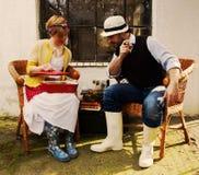 浪漫夫妇在篮子椅子gardeni上花费他们的时间 免版税库存图片