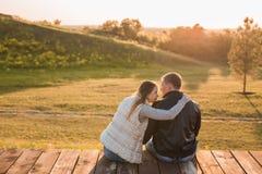 浪漫夫妇坐在秋天自然的码头 库存照片