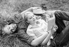 浪漫夫妇学生享受休闲有诗歌或文学草背景 夫妇知己在浪漫日期 库存图片