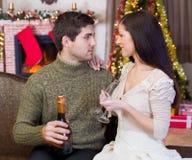 年轻浪漫夫妇庆祝圣诞夜 免版税库存图片