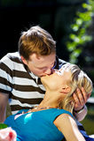 浪漫夫妇愉快的亲吻 免版税库存照片