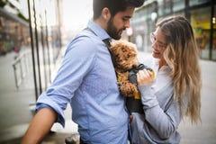 浪漫夫妇有休息在有狗的城市 库存图片