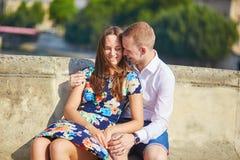 年轻浪漫夫妇有在塞纳河堤防 库存图片