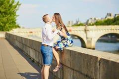 年轻浪漫夫妇有在塞纳河堤防 免版税库存照片
