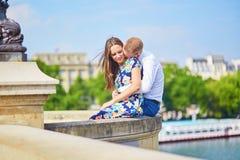 年轻浪漫夫妇有在塞纳河堤防 库存照片