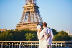 浪漫夫妇有日期在埃佛尔铁塔附近 库存图片