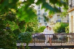浪漫夫妇有日期在巴黎 库存图片