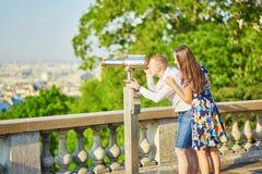 浪漫夫妇有日期在巴黎 免版税库存图片