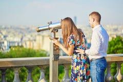 浪漫夫妇有日期在巴黎 图库摄影