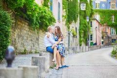 浪漫夫妇有日期在巴黎 库存照片