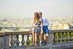 浪漫夫妇有日期在巴黎 免版税图库摄影